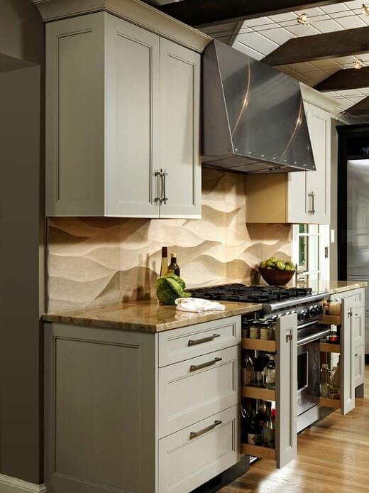 Бутылочницы по обе стороны плиты делают работу на кухне удобной и комфортной