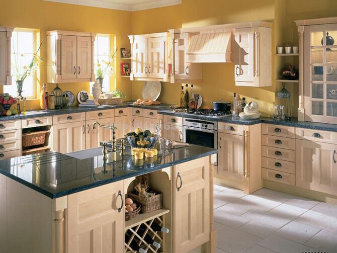 Корпусная мебель для кухни бежевого цвета