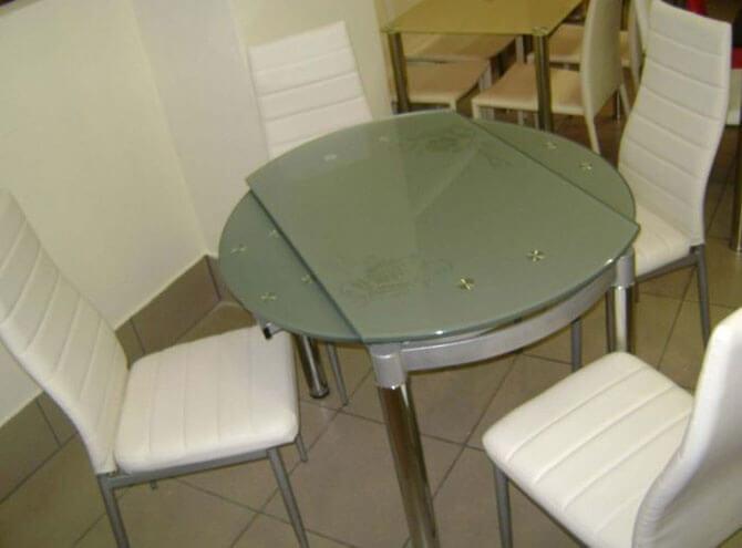 Стеклянный стол-трансформер для маленькой кухни
