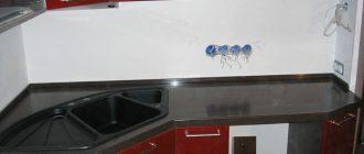 Угловая кухонная столешница из камня с вырезом под мойку сложной формы