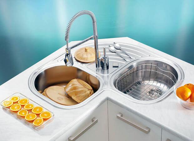 угловая мойка для кухни со съемным смесителем и двумя чашами