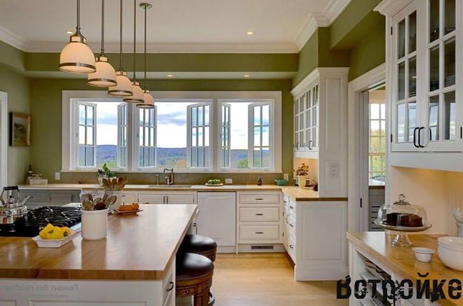 интерьер кухни с двумя окнами