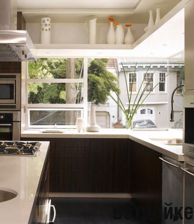 дизайн кухни с окном посередине