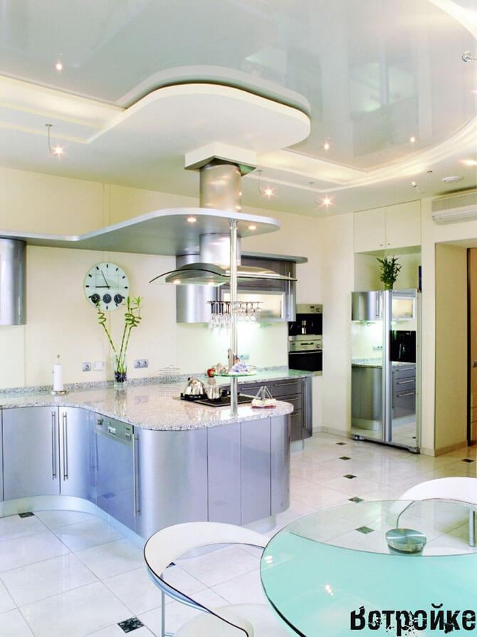 Дизайн потолков в кухне гостиной