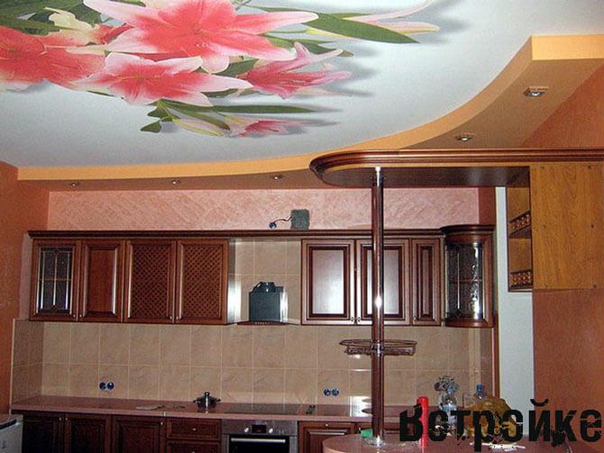 дизайн потолков на кухне фото