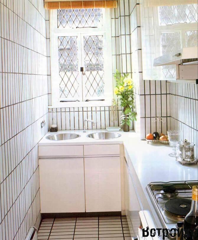 Интерьер длинной узкой кухни