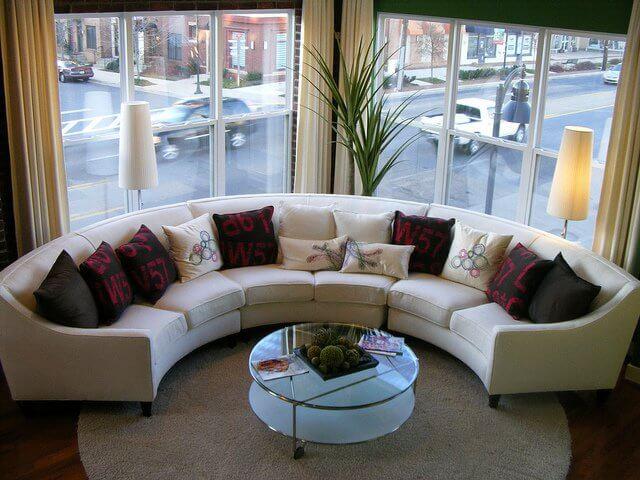 Дизайн гостиной с закругленными диванами