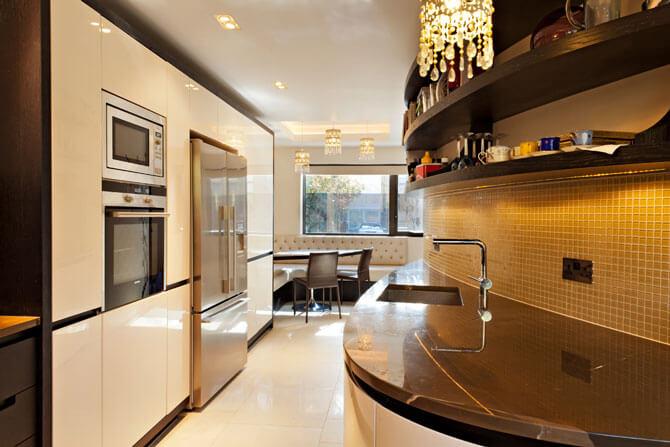 Двухрядная планировка кухни со встроенной мебелью фото