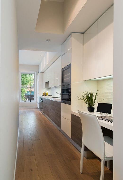 Линейная расстановка встроенной мебели на кухне
