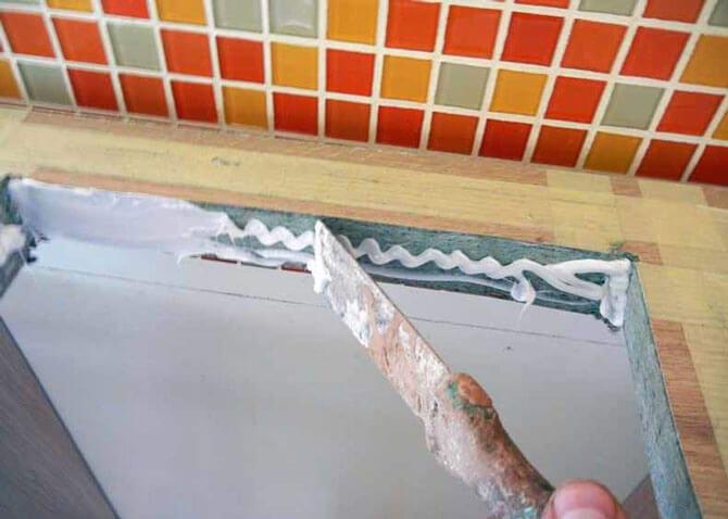 Защищаем от влаги торцы пропилов в столешнице с помощью санитарного силикона