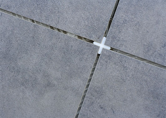 Крестики между плиткой нужны для ровного расположения плиток.