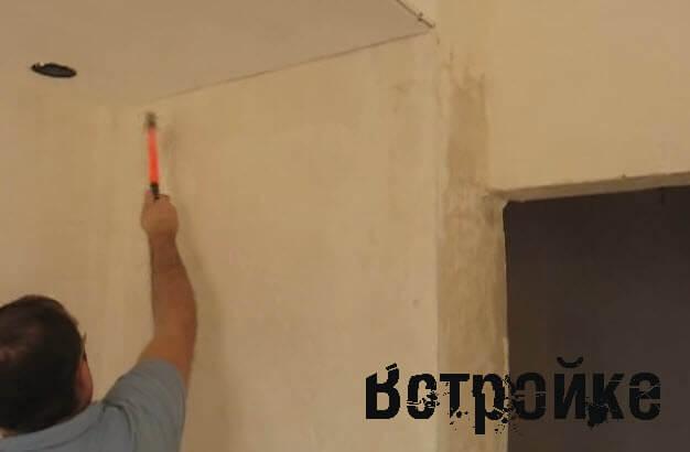 делаем насечки на стене топором