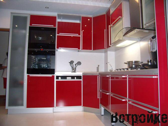 Фасады кухни сделаны из пластика в алюминиевой кромке