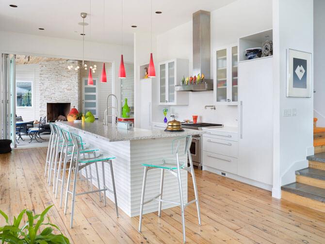 Стеклянные барные стулья в интерьере кухни