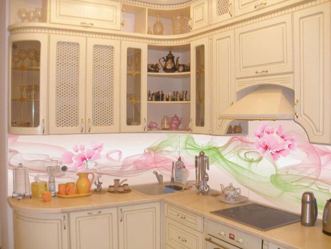 Кухня со стеклянным фартуком