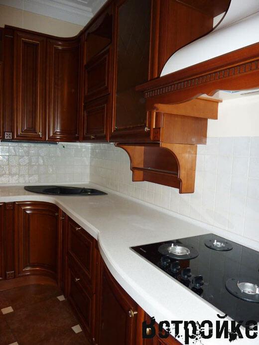 Кухня с белой столешницей