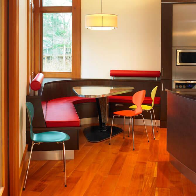 Обеденный угловой стол на кухни