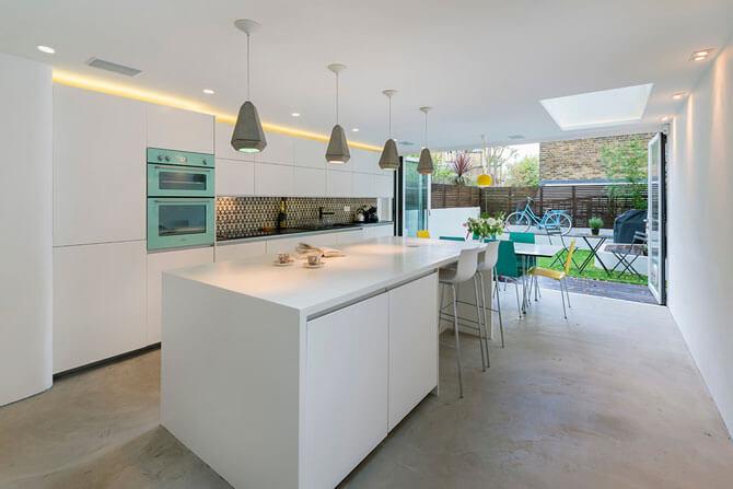 Белая кухня с белой столешницей фото