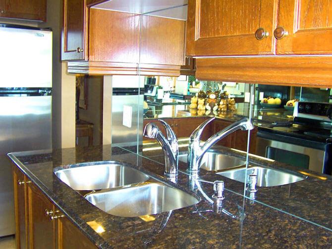 Зеркальный фартук визуально увеличивает площадь кухни