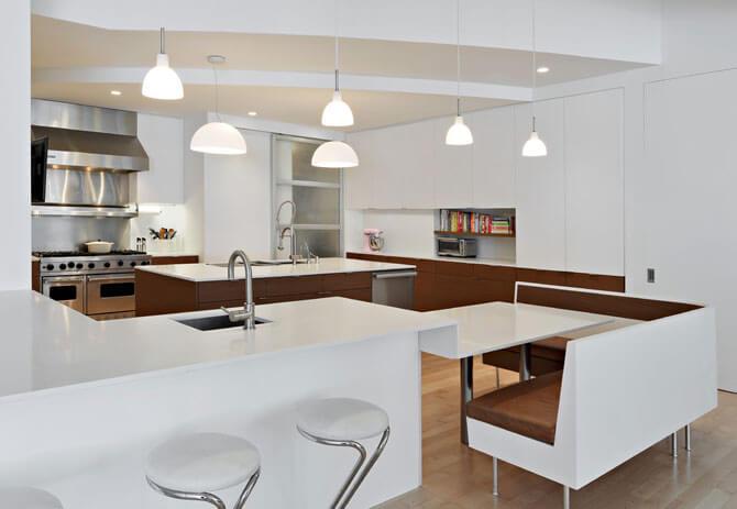 Белый стол для кухни с цельной столешницей