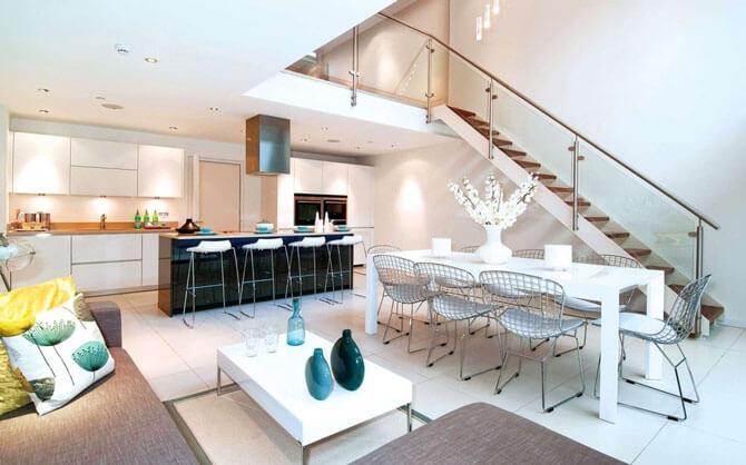 Стол белого цвета дополняет интерьер кухни