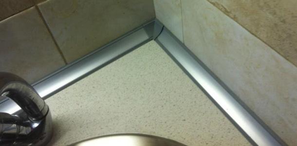 Плинтус защищает модули от затекания воды со столешницы