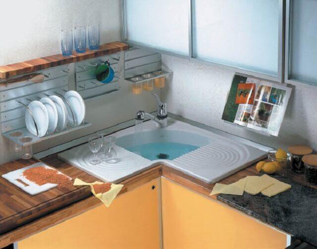Глубокая угловая мойка на маленькой кухне
