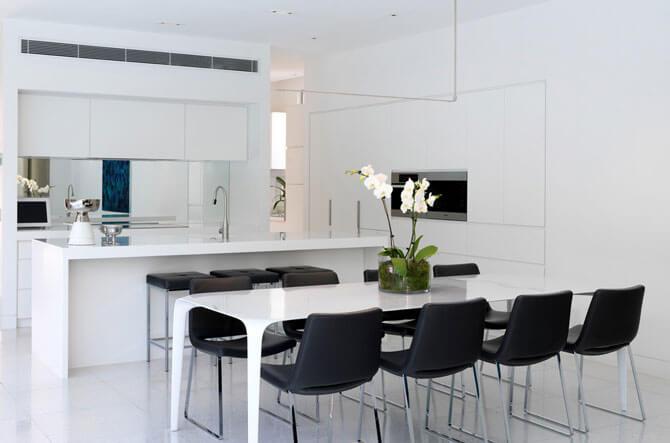 Красивый дизайн белого стола для кухни