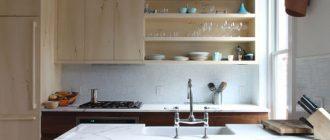 навесной шкаф с открытыми полочками на кухне