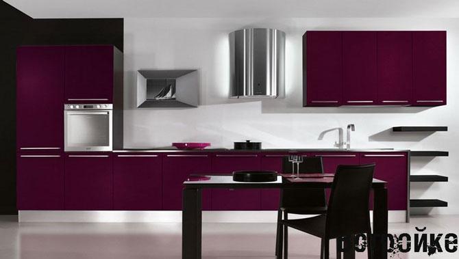 На кухне фиолетовый цвет доминирует над черным