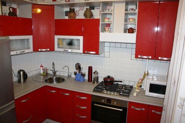 Красные фасады для кухни