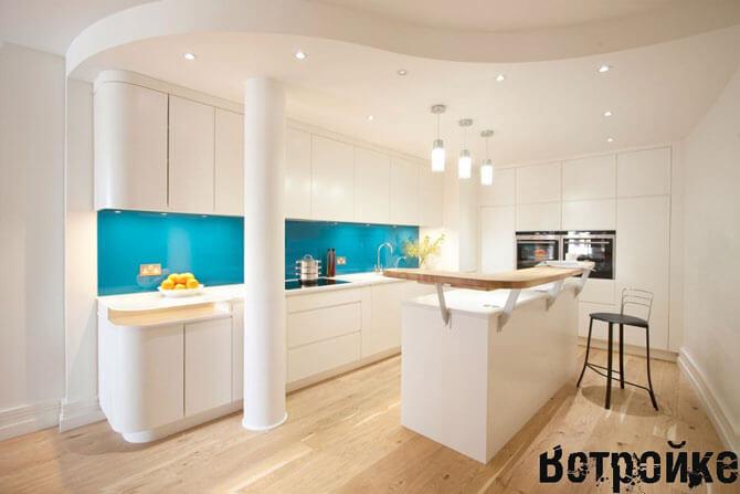 Белая кухня с синим фартуком из стекла
