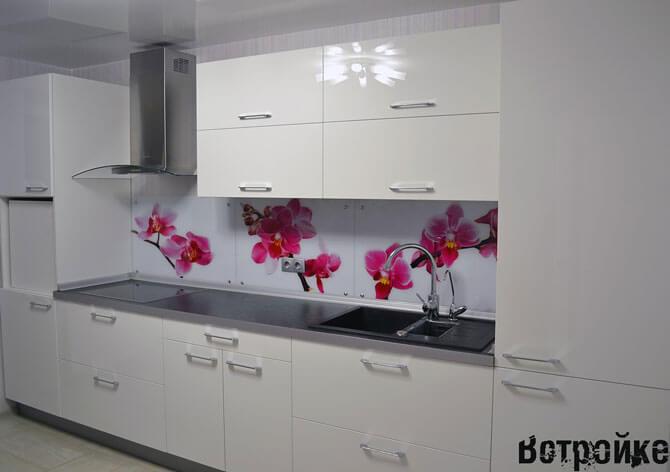 Блая кухня со стеклянным фартуком