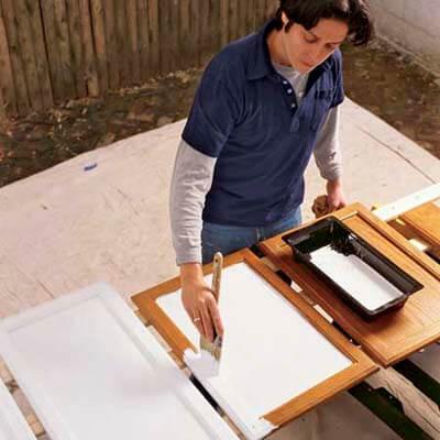 Покрыть фасады краской или грунтовкой можно кистью