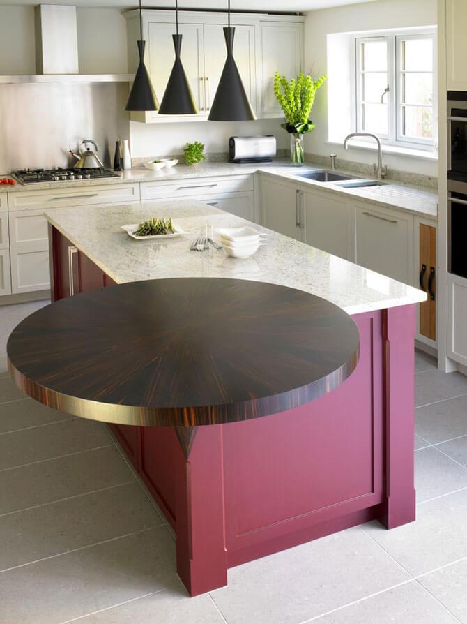 Угловой стол с необычным дизайном