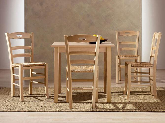 Деревянные стол и стулья