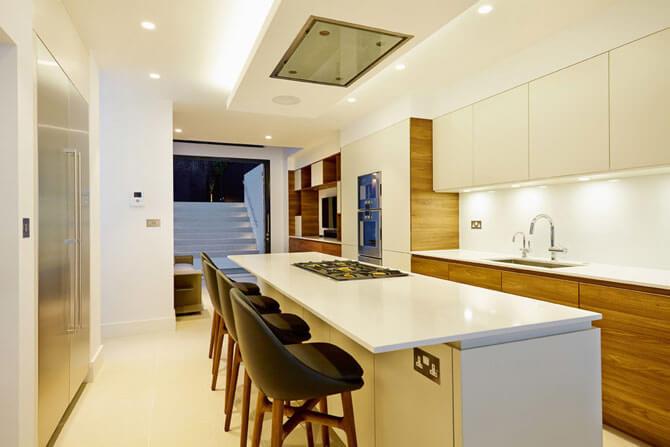 Кухня в белых тонах с белой столешницей