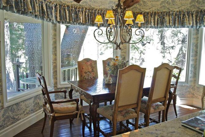 Деревянные стулья с мягким сидением
