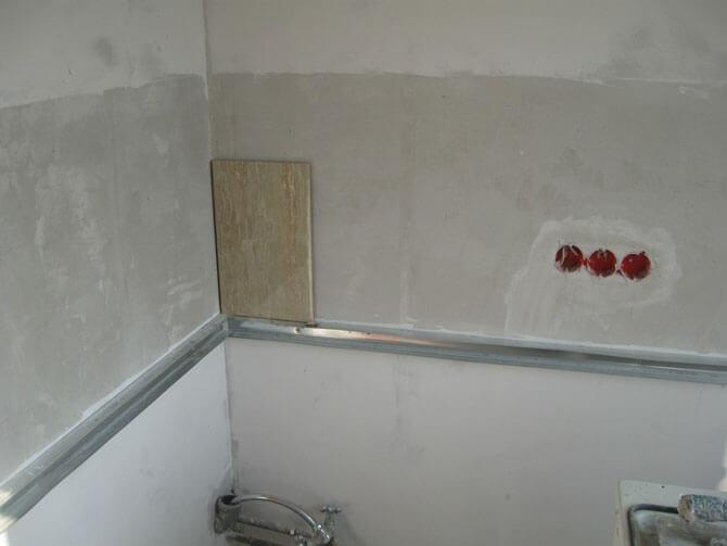 Приклеиваем плитку на стену