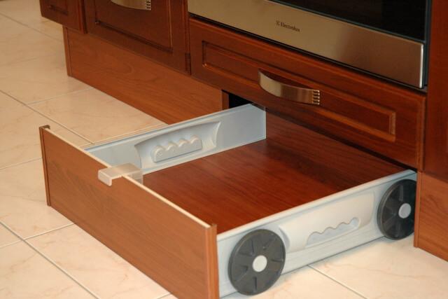 Напольный ящик в цоколь на кухне
